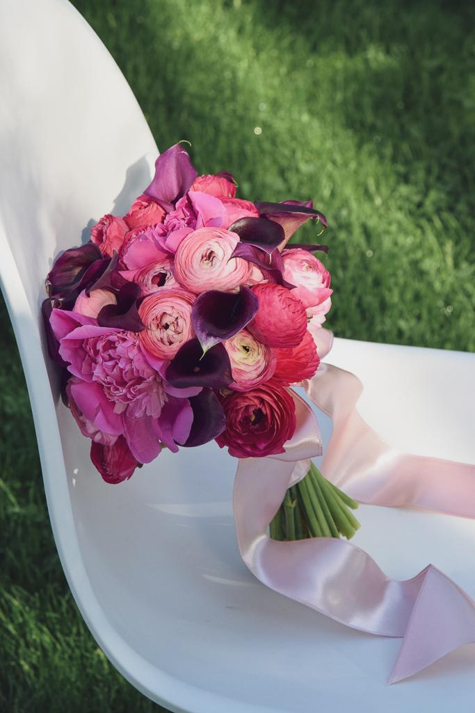 Buchet de nașă din cale burgund și ranunculus rox, cu panglică din saten roz pudrat
